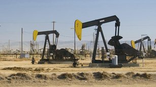 Konečně ropný býk: Černé zlato bude zdražovat překvapivě brzy, tvrdí Barclays