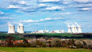 Akcie ČEZ mezi mlýnskými kameny: Převáží cena elektřiny, nebo vyšší dividenda?