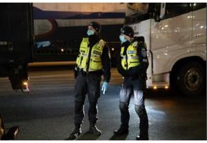 policisté v noci u dálnice ©EC Audiovisual Service